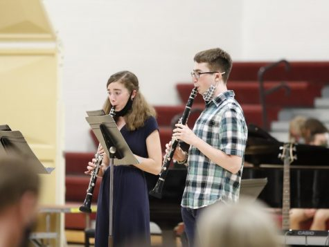 "Daniel Cutler and Jessica Poirier playing their DMC duet piece ""Clarinet Echoes"" at the pops concert"